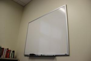 whiteboard an wand in büro